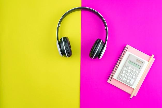 Kopfhörer mit geschäftspapieranmerkung, bleistift und geschäftsgegenständen