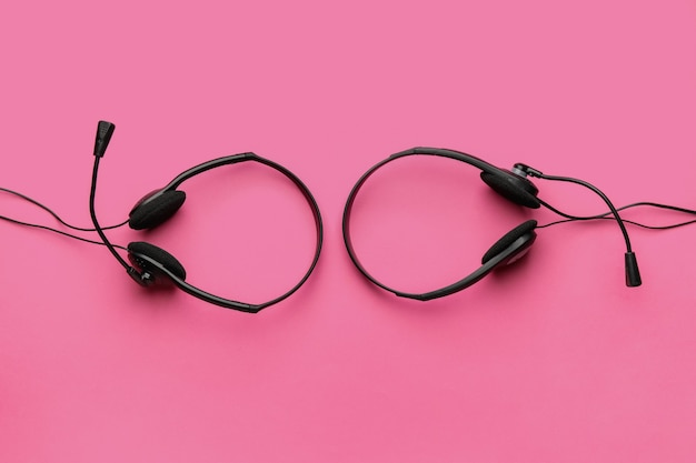 Kopfhörer mit mikrofon im farbraum