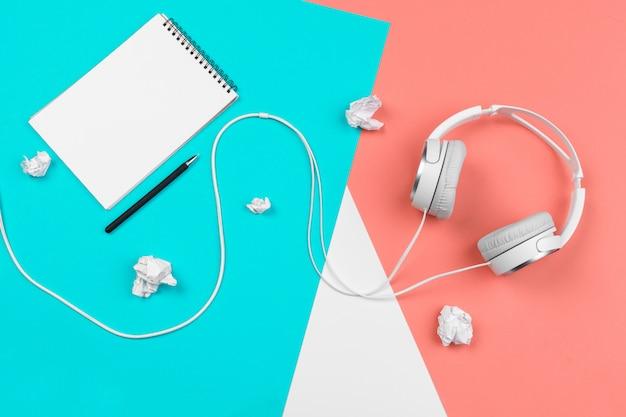 Kopfhörer mit schnur auf einem hellen farbblockhintergrund