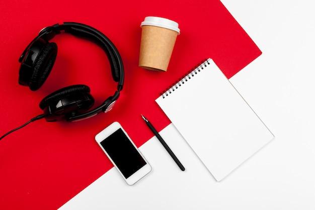 Kopfhörer mit schnur auf rotem und weißem farbhintergrund