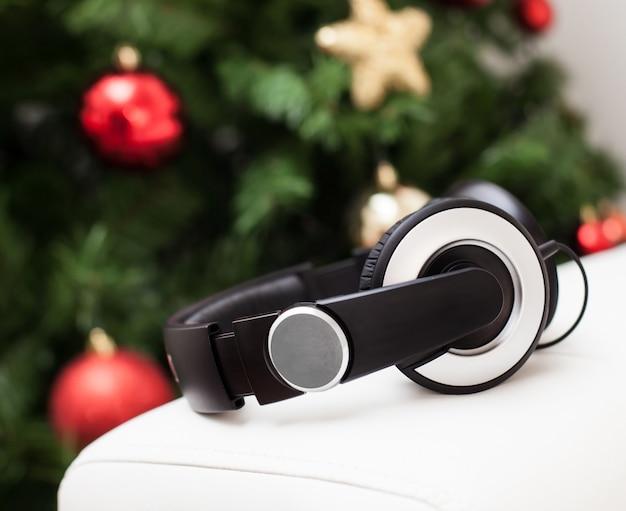 Kopfhörer mit weihnachtsbaum.