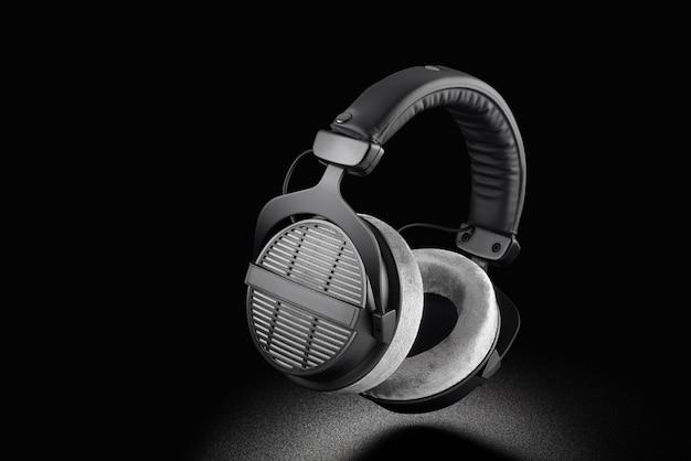 Kopfhörer. professionelle over-ear-kopfhörer mit offenem rücken auf schwarzem hintergrund