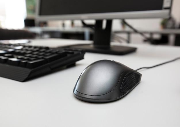 Kopfhörer, tastatur, maus und monitor auf dem schreibtisch