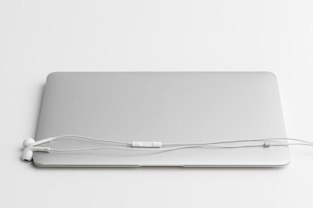 Kopfhörer über laptop