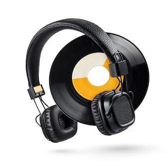 Kopfhörer und 7-zoll-schallplatte mit breitem loch isoliert