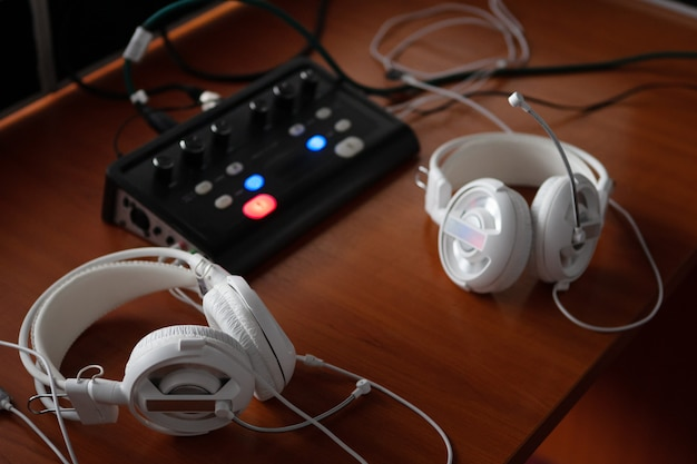Kopfhörer und audio-mixer für simultanübersetzung.