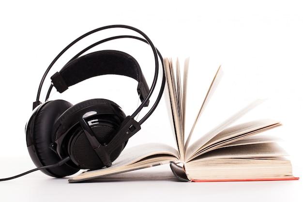 Kopfhörer und buch auf einem weißen hintergrund