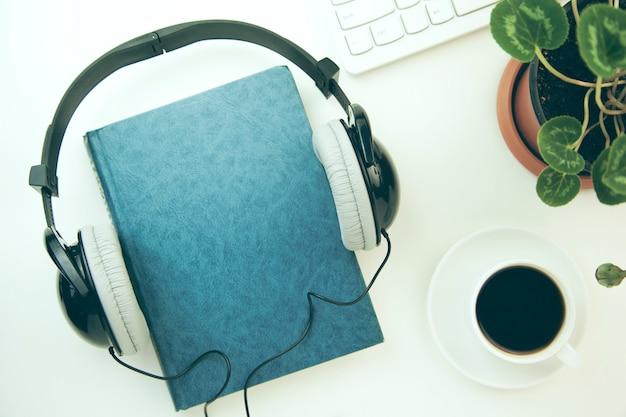 Kopfhörer und buch mit tastatur