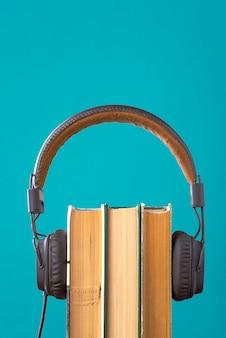 Kopfhörer und bücher aber gegen blau, hörbücher, ein buch anhören