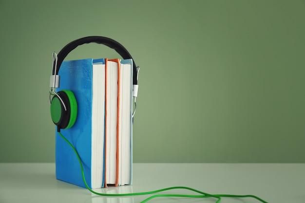 Kopfhörer und bücher auf dem tisch. konzept des hörbuchs
