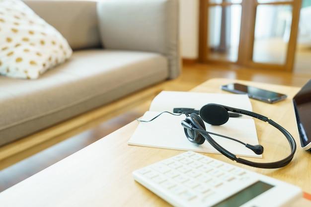 Kopfhörer und büromaterial für telefonkonferenzen
