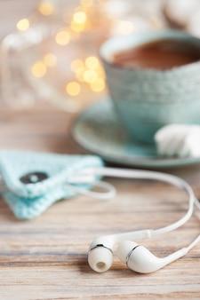 Kopfhörer und eine tasse heiße schokolade