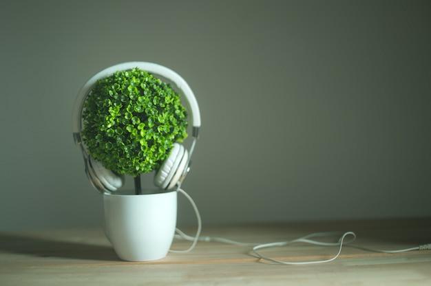Kopfhörer und künstlicher baum