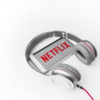 Kopfhörer und smartphone mit netflix-logo