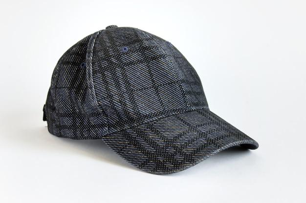 Kopfkappe mit kariertem dunkelblauem stoffmuster auf weißer oberfläche.