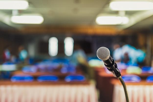 ็ kopfmikrofon auf der bühne einer geschäftlichen konferenz oder veranstaltung mit hintergrundunschärfe, meeting o