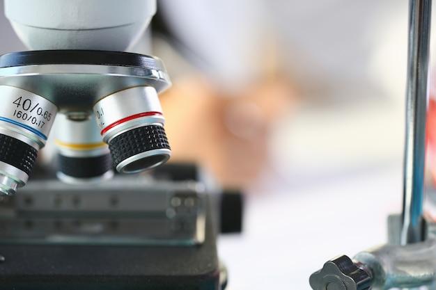 Kopfmikroskop im hintergrundlabor