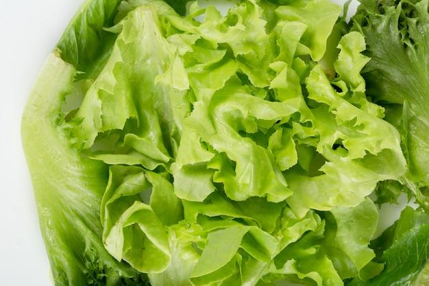 Kopfsalat in der weißen untertasse auf einem holztisch