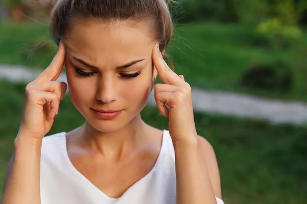 Kopfschmerz der frau, kopfschmerzen und stress oder depressionskonzept. depressives mädchen.