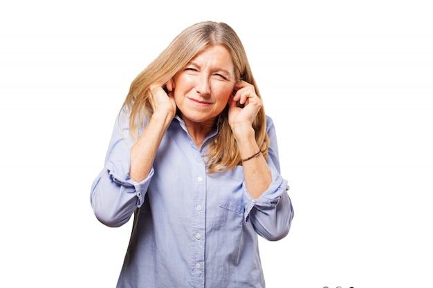 Kopfschmerzen ältere frau schockiert lärm