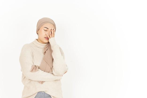 Kopfschmerzen der schönen asiatischen frau mit hijab isoliert auf weißem hintergrund