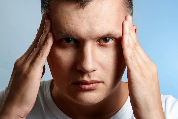 Kopfschmerzen. porträt einer mannnahaufnahme.