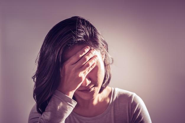 Kopfschmerzfrauenhand halten die stirn, medizinwiederaufnahmekonzept