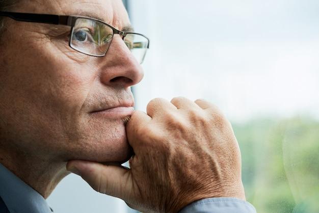 Kopfschuss eines reifen mannes mit brille