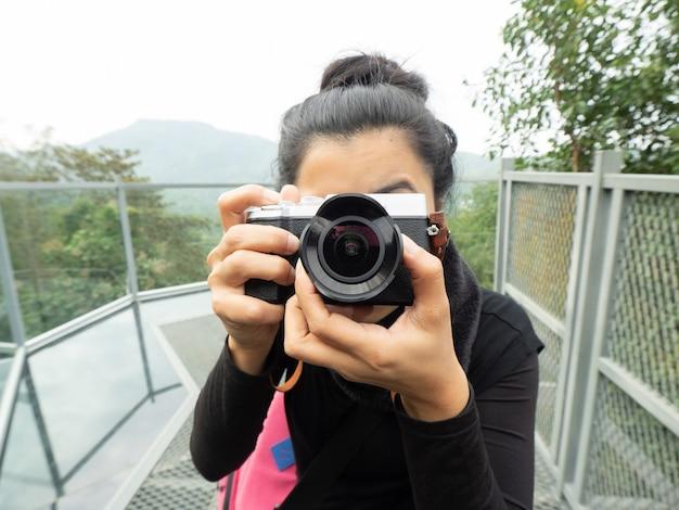 Kopfschuss frau fotografin bedeckt ihr gesicht mit kamera