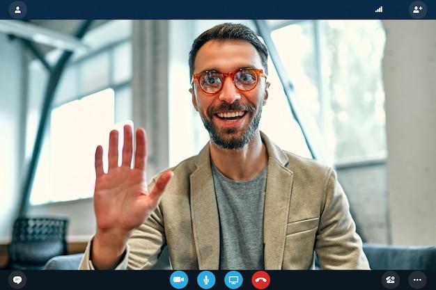 Kopfschuss-portrait-bildschirmanwendungsansicht eines kaukasischen arbeiters bei online-interview mit webkonferenz auf dem computer, junger geschäftsmann, der per videoanruf auf laptop mit partner von zu hause spricht