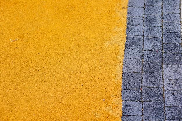 Kopfsteinpflasterweg in der nähe von gelben kleinen felsen