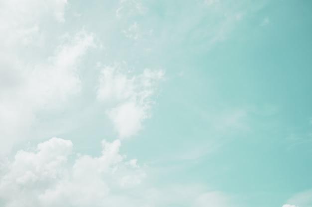 Kopieren sie das minimale raumkonzept des abstrakten rohlings des blauen sommers des sommers und der weißen wolke.