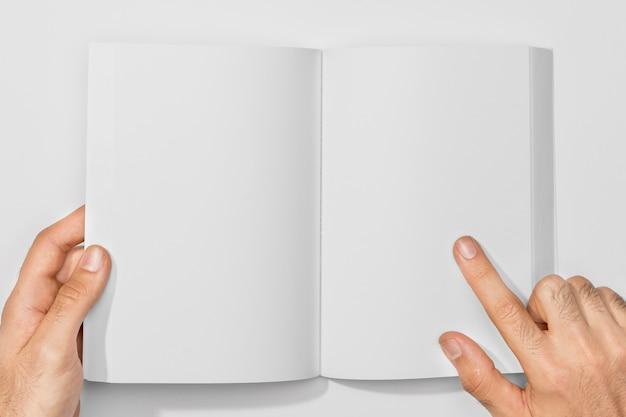 Kopieren sie das space book und die person, die seiten hält