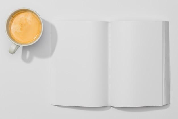 Kopieren sie das weltraumbuch und die tasse kaffee