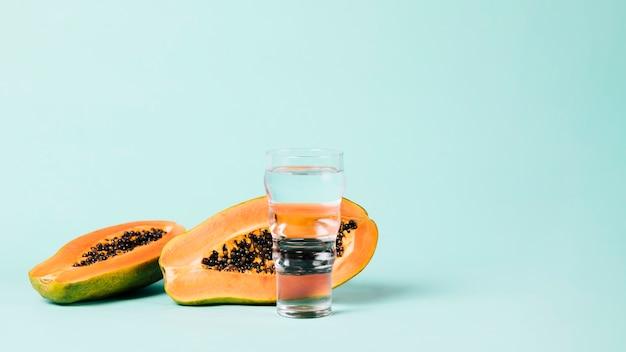 Kopieren sie den blauen hintergrund des raumes der papayafrucht
