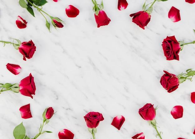 Kopieren sie den raum, der durch rosen umgeben wird