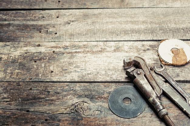 Kopieren sie platz auf altem hölzernem hintergrund mit rostigen werkzeugen der weinlese