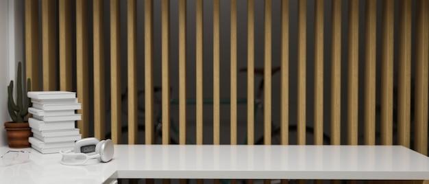 Kopieren sie platz auf einem weißen, modernen tisch mit kopfhörer und dekor mit innenholzlatten im hintergrund