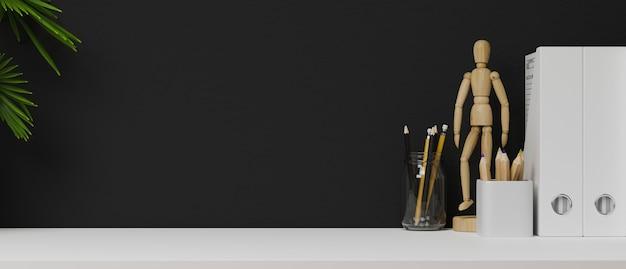 Kopieren sie platz für die produktpräsentation auf weißem tisch mit dekor und schwarzer wand, moderner arbeitsbereich