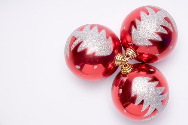 Kopieren sie platz für frohe weihnachten-karte auf einem weißen hintergrund