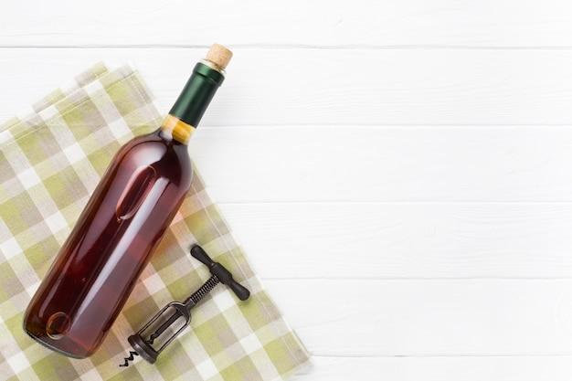 Kopieren sie platz mit einer flasche rotwein
