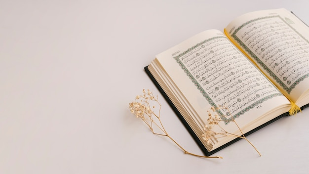 Kopieren sie platz mit geöffnetem quran