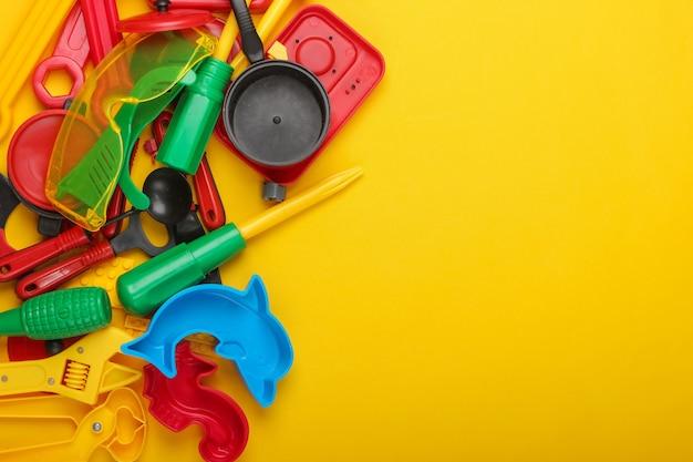 Kopieren sie platz mit vielen kinderspielzeugen auf gelb