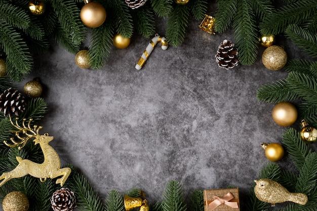 Kopieren sie raum auf weihnachtsrahmenhintergrund mit goldweihnachtsdekorationen auf hölzernem brett, ansichtform oben.