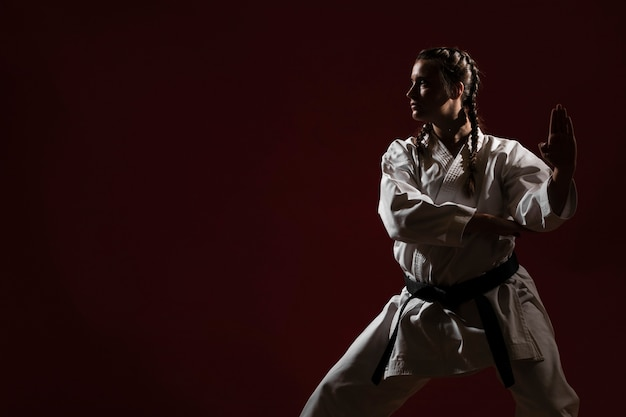 Kopieren sie raum und frau in der weißen karateuniform
