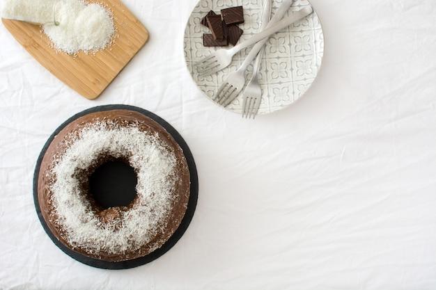 Kopierraum der schokoladen- und kokosnusskuchen-draufsicht