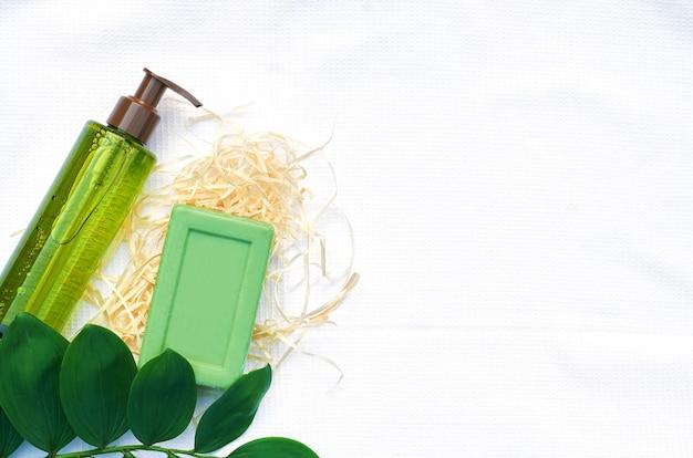 Kopierraum für flach gelegte draufsicht. schönheitshintergrund. natürliches hautpflege-schönheitsproduktkonzept auf einem weißen hintergrund
