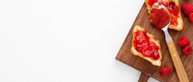 Kopierraum für französische croissants und erdbeermarmelade