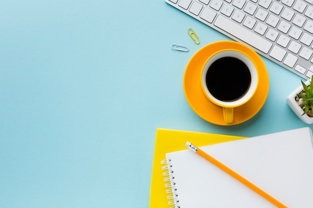 Kopierraum für kaffee und tastatur