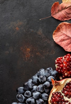 Kopierraum für trauben und granatapfel-herbstfrüchte
